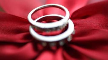 due anelli d'oro su un fiocco rosso