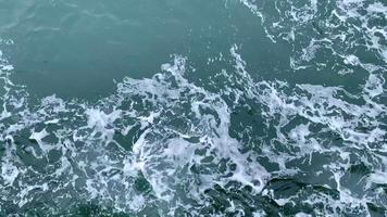 vista de cima de ondas gigantes