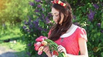 giovane donna con una corona di fiori