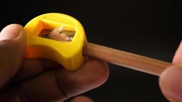afiando um lápis com um apontador video