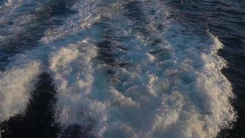Sendero de ferry de agua de mar con ola espumosa