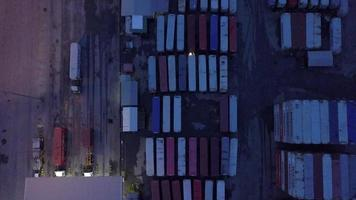 foto aérea de contêineres e caminhões video