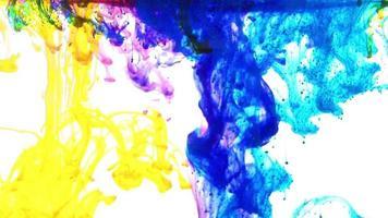 mágicas gotas de tinta de acuarela de colores sobre fondo blanco pintura video