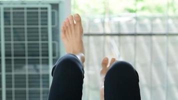 desportista asiática a sair para comprar um tanquinho no ginásio video