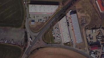vista de arriba hacia abajo de un cruce de carreteras en 4k video