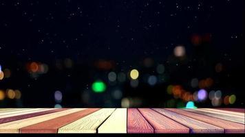 abstrakter oberer Holztisch, verschwommenes Nachtlicht der Stadt und Schnee