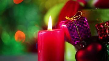 vista romántica de la luz de las velas y caja de regalo