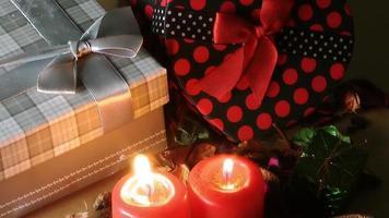 velas iluminam romance e caixas de presente