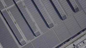 Paneles solares o planta fotovoltaica en el techo de una fábrica.