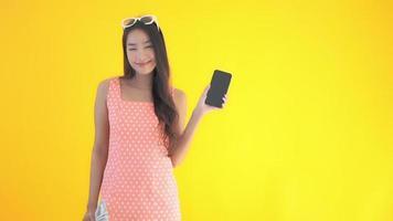 mujer asiática, con, efectivo, y, teléfono