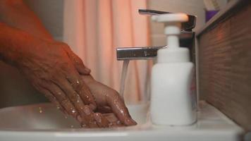 como lavar corretamente as mãos video
