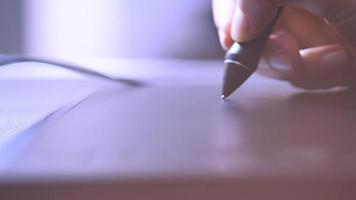 Nahaufnahme der Handzeichnung auf einem digitalen Tablett mit einem Bleistift
