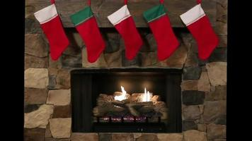 meias de natal penduradas sobre uma lareira de pedra