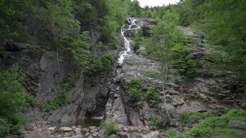 waterval onderaan de berg 4k