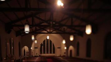 een lege zacht verlichte kerk