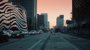 Traçage des rues et du musée de l'automobile Petersen à Los Angeles en 4k vue du conducteur de voiture