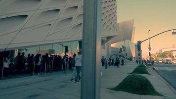 panorâmica de uma fila de pessoas perto da ampla galeria de arte em los angeles em 4k