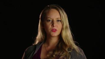 mujer enojada que mueve la cabeza con gesto de negación video