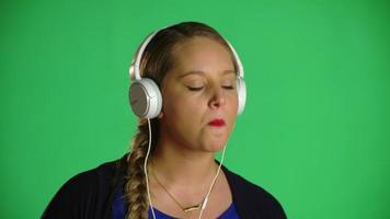 mujer bailando al ritmo y masticando chicle clip de estudio video