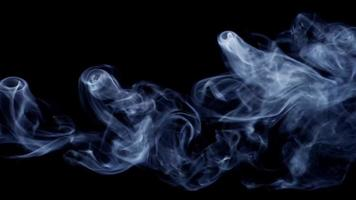 Hermoso humo con trayectoria horizontal moviéndose como un espectacular rayo de plasma en 4k