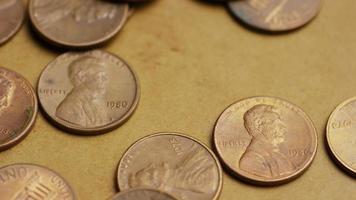 rotierende Stock Footage Aufnahme von amerikanischen Pennys (Münze - $ 0,01) - Geld 0168