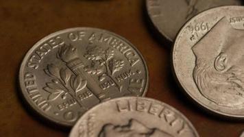giro stock footage shot de moedas monetárias americanas - dinheiro 0301 video