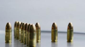 Disparo giratorio cinematográfico de balas sobre una superficie metálica - balas 027