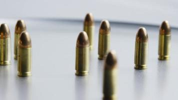 Disparo giratorio cinematográfico de balas sobre una superficie metálica - balas 055