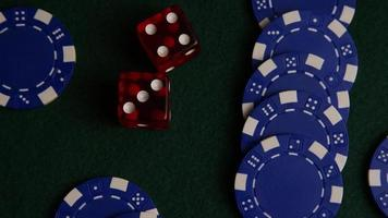 tiro giratório de cartas de pôquer e fichas de pôquer em uma superfície de feltro verde - pôquer 034