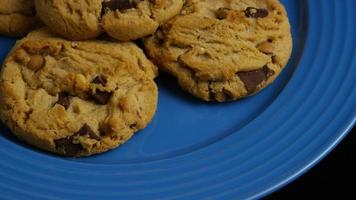 tiro cinematográfico giratório de biscoitos em um prato - biscoitos 365 video