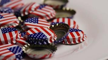 foto rotativa de tampas de garrafa com a bandeira americana impressa - tampas de garrafa 040