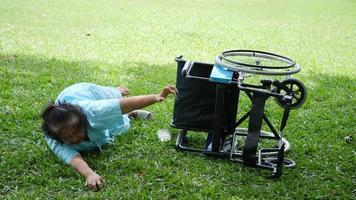 Paciente anciana quiere ayudar después de que la silla de ruedas se volcó en el suelo video