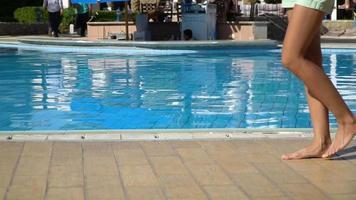 piscina del hotel azul. descanso turístico de verano. tumbona clima soleado