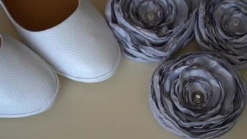 scarpe da sposa bianche e accessori da sposa