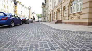 mujer joven caminando en la ciudad vieja