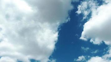 cúmulos blancos de lluvia que se extienden lentamente por debajo del cielo azul