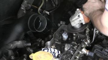 La rectificadora está reparando el bloque del motor del coche. video