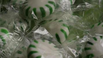Tiro giratorio de caramelos duros de menta verde - candy spearmint 012 video