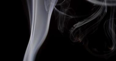Extremo cerca de ondas blancas hipnóticas de humo controlado en estudio en 4k