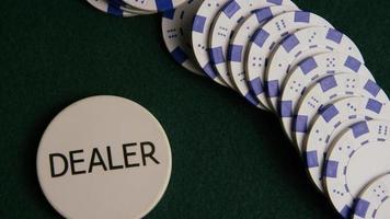 Foto giratoria de cartas de póquer y fichas de póquer sobre una superficie de fieltro verde - póquer 055