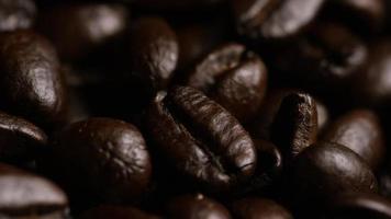 Tiro giratório de grãos de café torrados deliciosos em uma superfície branca - grãos de café 072