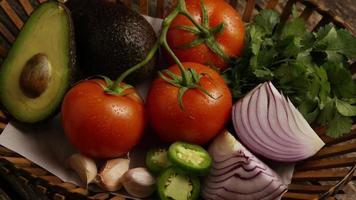 colpo rotante di bellissime verdure fresche su una superficie di legno - barbecue 121