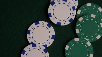Foto giratoria de cartas de póquer y fichas de póquer sobre una superficie de fieltro verde - póquer 045