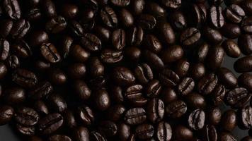 dose rotativa de deliciosos grãos de café torrados em uma superfície branca - grãos de café 006