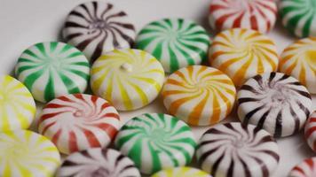 colpo rotante di un mix colorato di varie caramelle dure - caramelle miste 018