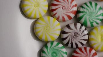 foto giratória de uma mistura colorida de vários doces duros - doces misturados 005 video