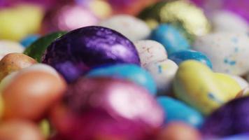 foto rotativa de doces de páscoa coloridos em uma cama de grama de páscoa - páscoa 198