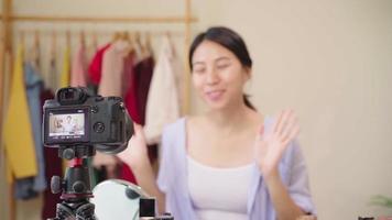 blogueira de beleza apresentando cosméticos de beleza para a câmera video