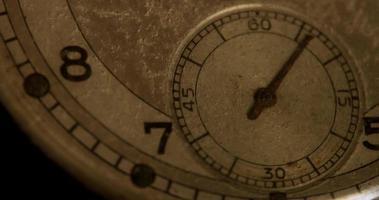 close-up extremo do ponteiro do relógio de segundos movendo-se 60 segundos, começando no segundo 5 em um lapso de tempo de 4k