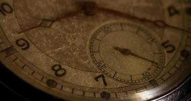 close-up extremo dos ponteiros do relógio movendo-se das 9h30 às 10h00 em um lapso de tempo 4k video